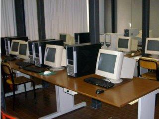 Il laboratorio di Informatica: aula con banconi molto ravvicinati, dotati di personal computer e di sedie
